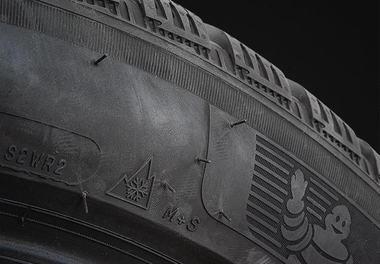 Photo de la tranche d'un pneu michelin alpin 6 mettant en évidence les logo 3PMSF et M+S